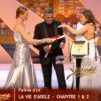 Uma Thurman remet la Palme d'or à La Vie d'Adèle lors de la cérémonie de clôture et la remise des prix du Festival de Cannes le 26 mai 2013