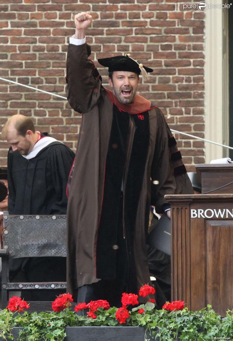 """Ben Affleck, heureux, reçoit le doctorat d'honneur de l'Université de Brown à Rhode Island, le 25 mai 2013. L'acteur et réalisateur reçoit un doctorat d'honneur en beaux-arts pour ses travaux, notamment son dernier film """"Argo""""."""