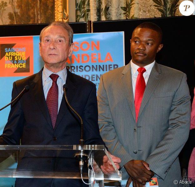 Laurent Fabius, Bertrand Delanoe et Luvuyo Hlangananilors de l'inauguration de l'exposition consacrée à Nelson Mandela à l'Hôtel de ville à Paris le 29 mai 2013.