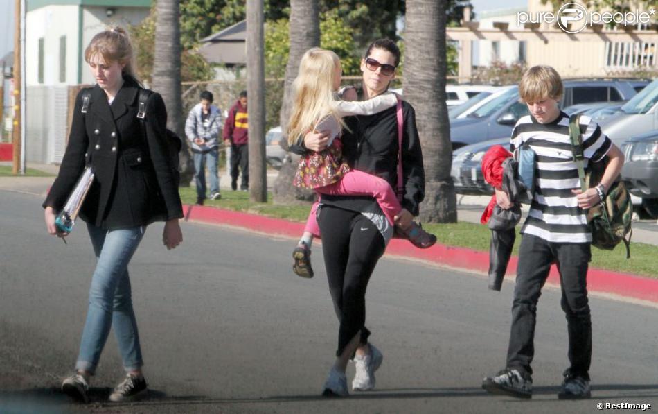 Sandra Bullock et ses beaux-enfants Chandler James, Jesse James Jr et Sunny James, à Los Angeles, le 11 mars 2010.