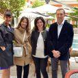 Mélanie Doutey pose avec Monsieur et Madame Franchi (fondateurs de l'association Face au monde) et la présidente de Gerard Darel Marianne Romestain