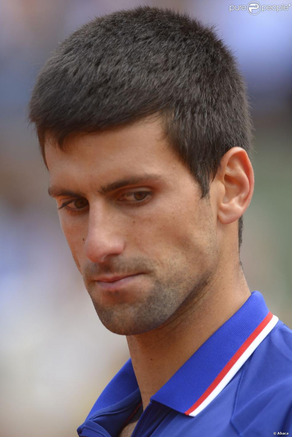 Novak Djokovic pensif lors de son huitième de finale victorieux à Roland-Garros face à Philipp Kohlschreiber le 3 juin 2013