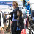 Laura Dern et sa fille Jaya arrivent détendues sur le tournage de la série télévisée à sketchs Kroll Show à Los Angeles, le 4 juin 2013.