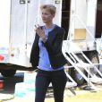 Laura Dern se transforme sur le tournage de la série télévisée à sketchs Kroll Show à Los Angeles, le 4 juin 2013.
