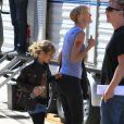 Laura Dern avec sa fille sur le tournage de la série télévisée à sketchs Kroll Show à Los Angeles, le 4 juin 2013.