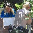 Debbie Rowe discute avec la police devant chez elle à Palmdale, après la tentative de suicide de sa fille Paris Jackson, le 5 Juin 2013.