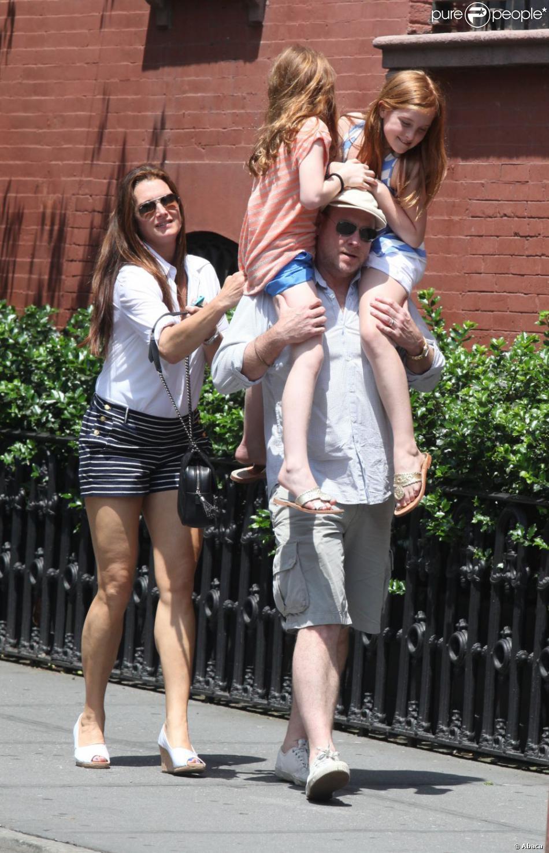 Populaire Brooke Shields : De sortie avec ses filles et son mari, elle ose  ZV69