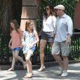 Brooke Shields, son mari Chris Henchy et leurs deux filles Rowan (10 ans) et Grier (7 ans) en promenade dans West Village après déjeuner, à New York le 2 juin 2013.