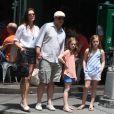 Brooke Shields, son mari Chris Henchy et leurs filles Rowan (10 ans) et Grier (7 ans) en promenade dans West Village après le déjeuner, à New York le 2 juin 2013.
