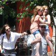 Brooke Shields, son mari Chris Henchy et leurs filles Rowan (10 ans) et Grier (7 ans) dans West Village après déjeuner, à New York le 2 juin 2013.