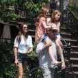 Brooke Shields, son mari Chris Henchy et leurs filles Rowan (10 ans) et Grier (7 ans) en promenade dans West Village après déjeuner, à New York le 2 juin 2013.