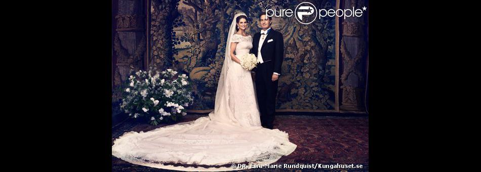 Photo officielle du mariage de la princesse Madeleine de Suède et de Chris O'Neill, le 8 juin 2013 à Stockholm, réalisée devant la librairie Bernadotte au palais royal.