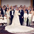 Photo officielle, en famille, du mariage de la princesse Madeleine de Suède et de Chris O'Neill, le 8 juin 2013 à Stockholm, réalisée devant la librairie Bernadotte au palais royal.