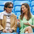 Pippa Middleton, portant près de 900 euros de Cashmere by Tania, assistait le 13 juin 2013 avec un ami et sa mère Carole à la fin du match (interrompu la veille) Andy Murray - Nicolas Mahut, lors du tournoi du Queen's, à Londres.