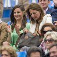 Pippa Middleton, avec 900 euros de Cashmere by Tania sur le dos, assistait le 13 juin 2013 avec sa mère Carole au match Andy Murray - Nicolas Mahut, lors du tournoi du Queen's, à Londres.