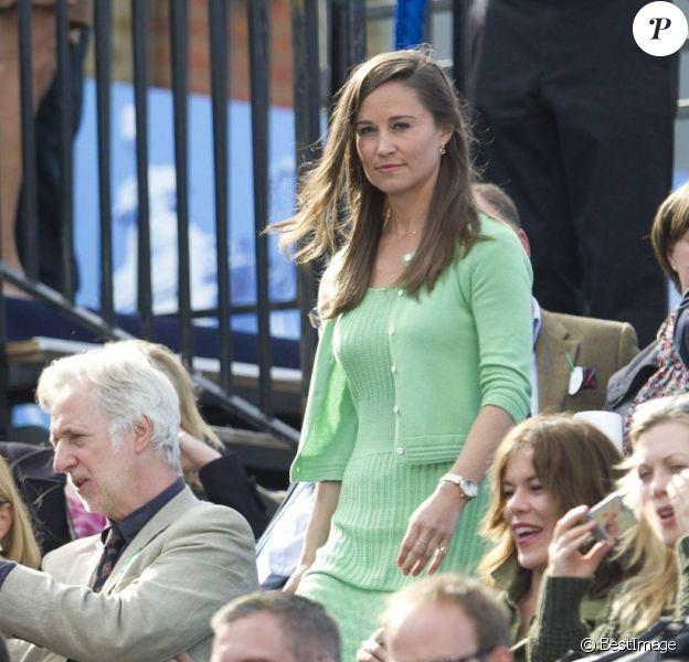 Pippa Middleton, avec 900 euros de Cashmere by Tania sur le dos, assistait le 13 juin 2013 à la fin du match Andy Murray - Nicolas Mahut, lors du tournoi du Queen's, à Londres.