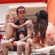 Exclusif - Pete Wentz profite d'une très belle journée ensoleillée avec son fils Bronx et sa petite amie Meagan Camper sur une plage a Miami, le 6 juin 2013.