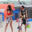 Exclusif - Pete Wentz profite d'une belle journée ensoleillée avec son fils Bronx et sa petite amie Meagan Camper sur une plage a Miami, le 6 juin 2013.