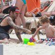 Exclusif - Pete Wentz profite d'une belle journée ensoleillée avec son fils Bronx, pour s'amuser dans le sable, et sa petite amie Meagan Camper sur une plage a Miami, le 6 juin 2013.
