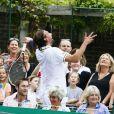 Goran Ivanisevic au milieu du public à l'occasion du BNP Paribas Tennis Classic qui se déroule au très sélect club de Hurlingham de Londres le 19 juin 2013