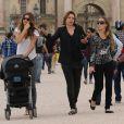Gisele Bündchen se promène avec sa soeur et sa fille Vivian Lake Brady vers la pyramide du Louvre. le 20 juin 2013