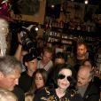 Michael Jackson à Las Vegas. En arrière-plan à côté de la caméra, Mark Lester, le 27 octobre 2003.