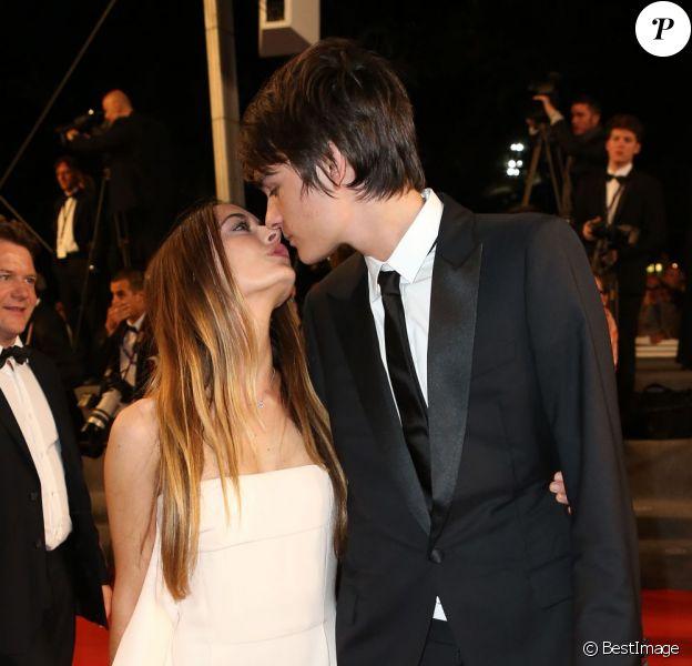 Alain-Fabien Delon, fils d'Alain Delon, donne un baiser à sa compagne Léa, lors du Festival de Cannes le 21 mai 2013