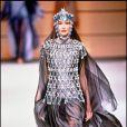 Carla Bruni mannequin - Défilé Paco Rabanne, collection haute couture, printemps-été 1994.