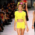 Carla Bruni mannequin - Défilé de mode Chanel. Collection prêt-à-porter, printemps-été 1996.