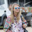 Cara Delevingne se balade au festival Glastonbury à Worthy Farm, Angleterre, le 28 juin 2013.
