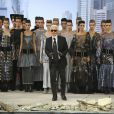 Karl Lagerfeld et ses mannequins pour le final du défilé Chanel haute couture automne-hiver 2013 au Grand Palais. Paris, le 2 juillet 2013.