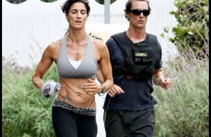 PHOTOS : Matthew McConaughey se dépense sur la plage... et bien accompagné !