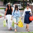 Kourtney Kardashian et Kris Jenner, filmées par les caméras de Keeping up with the Kardashians, quittent une boutique de jouets pour enfants. Calabasas, le 5 juillet 2013.