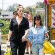 Khloé et Kourtney Kardashian surprises au cours d'une après-midi shopping en famille à Calabasas. Le 5 juillet 2013.
