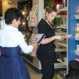 Khloé Kardashian et Kris Jenner font du shopping dans une boutique de vêtements et jouets pour enfants à Calabasas. le 5 juillet 2013.