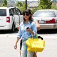 Kourtney Kardashian surprise au cours d'une après-midi shopping en famille à Calabasas. Le 5 juillet 2013.