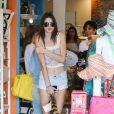 Kendall Jenner, 17 ans, surprise en famille à Calabasas au cours d'une après-midi shopping. Le 5 juillet 2013.