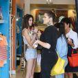 Kendall Jenner, Khloé, Kourtney Kardashian et leur mère Kris Jenner font du shopping en famille à Calabasas. Le 5 juillet 2013.