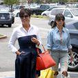 Kris Jenner et Kourtney Kardashian, surprises au cours d'une après-midi shopping en famille à Calabasas. Le 5 juillet 2013.