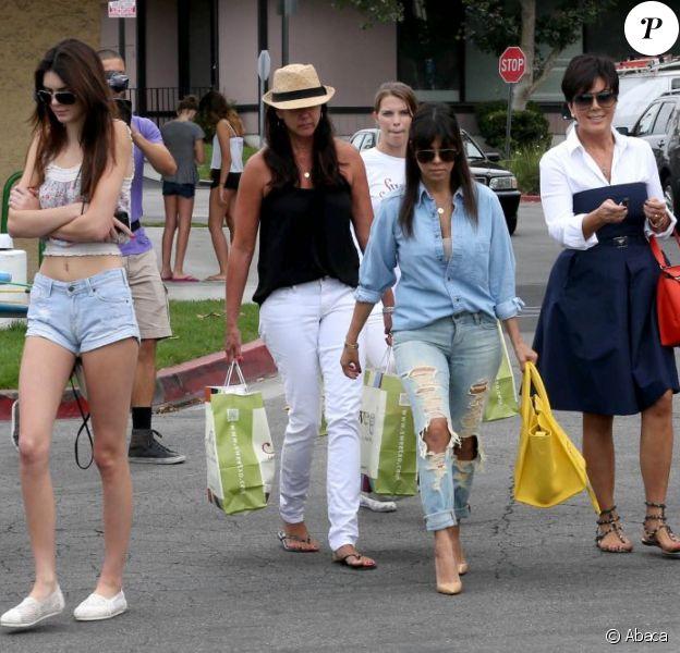 Kendall Jenner, Kourtney Kardashian et Kris Jenner, filmées par les caméras de Keeping up with the Kardashians, quittent une boutique de jouets pour enfants. Calabasas, le 5 juillet 2013.
