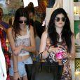 Kendall et Kylie Jenner accompagnent leur mère Kris Jenner et leurs soeurs Khloé et Kourtney au cours d'une après-midi shopping à Calabasas. le 5 juillet 2013.