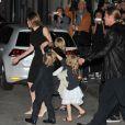 """Brad Pitt et Angelina Jolie quittant un restaurant japonais avec leurs enfants Maddox, Zahara, Pax, Shiloh, Vivienne, Knox à l'issue de la première du film """"World War Z"""" à Berlin le 4 juin 2013"""