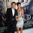 """Les acteurs Halle Berry, Olivier Martinez - Avant-première du film """"Cloud Atlas"""" au théâtre """"Grauman Chinese"""" à Hollywood, le 24 octobre 2012."""
