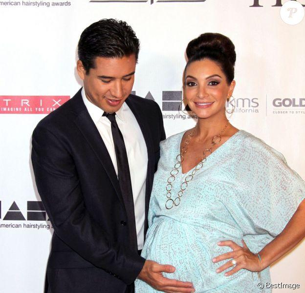 "Mario Lopez, Courtney Mazza (enceinte) aux ""North America Hairstyling Award"" au casino Mandalay Bay à Las Vegas. Le 14 juillet 2013."