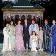 Les princesses Lalla Asma, Lalla Meriem, Lalla Salma, épouse du souverain, le roi Mohamed VI du Maroc avec sa fille Lalla Khadija, son fils le prince héritier Moulay El Hassan, son frère le prince Moulay Rachid et la princesse Lalla Hasna réunis autour du roi Juan Carlos Ier d'Espagne le 15 juillet 2013 au palais Dar Essalam à Rabat en l'honneur de la visite officielle du monarque ibérique.