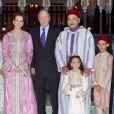 La princesse Lalla Salma et le roi Mohamed VI du Maroc avec leurs enfants la princesse Lalla Khadija et le prince héritier Moulay El Hassan, recevant le roi Juan Carlos Ier d'Espagne à dîner (iftar) le 15 juillet 2013 au palais Dar Essalam à Rabat en l'honneur de la visite officielle du monarque ibérique.