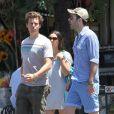 Zachary Quinto et Jonathan Groff décontractés dans les rues de New York le 23 juin 2012