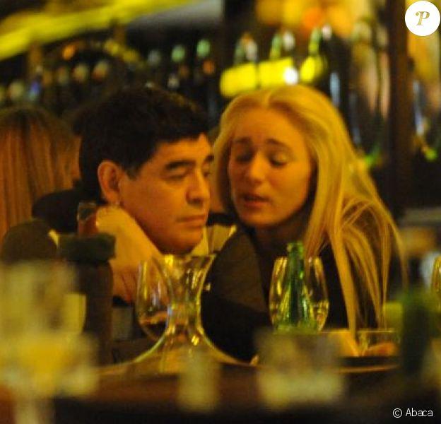Diego Maradona lors d'un dîner romantique avec sa très jeune compagne Rocio Oliva dans un restaurant de Buenos Aires le 16 juillet 2013