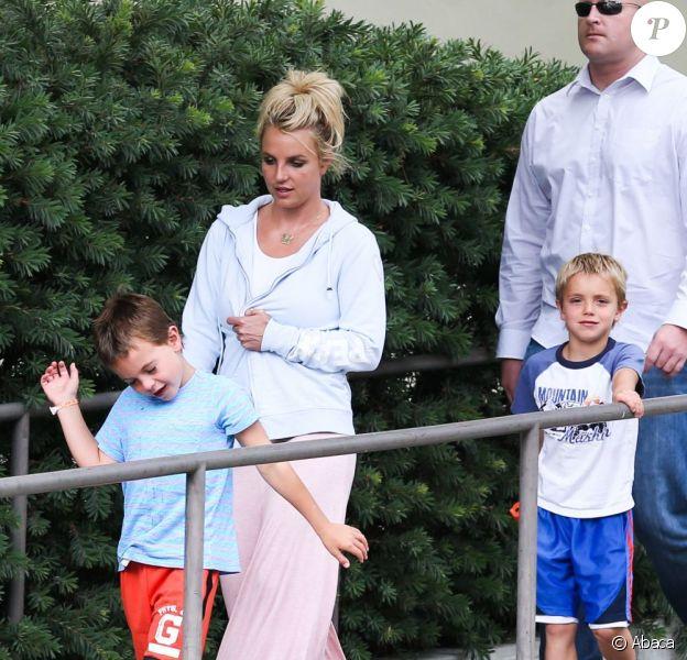 Britney Spears emmenant ses fils Sean et Jayden au cinéma le 21 juillet 2013 à Thousand Oaks.
