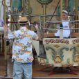 Joel Madden immortalise sa fille Harlow sur un manège. Saint-Tropez, le 22 juillet 2013.